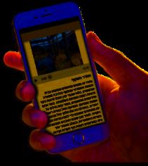 יד מחזיקה בסמארטפון עם קבצים של תור-מן
