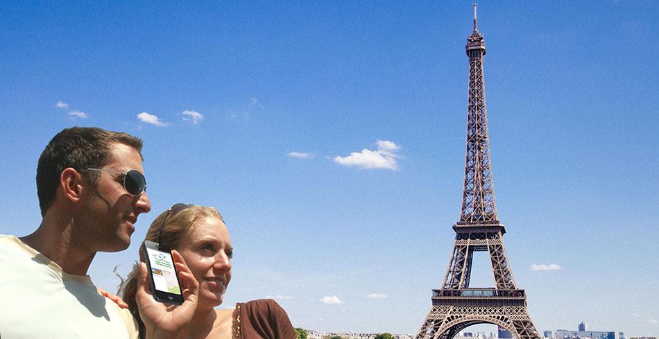 זוג בפריז מחזיק מכשיר סמארטפון ומאזין לקבצים של תור-מן