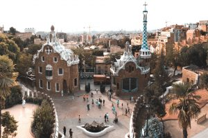 Panoramic_view_of_the_entrance_to_the_Park_Güell.